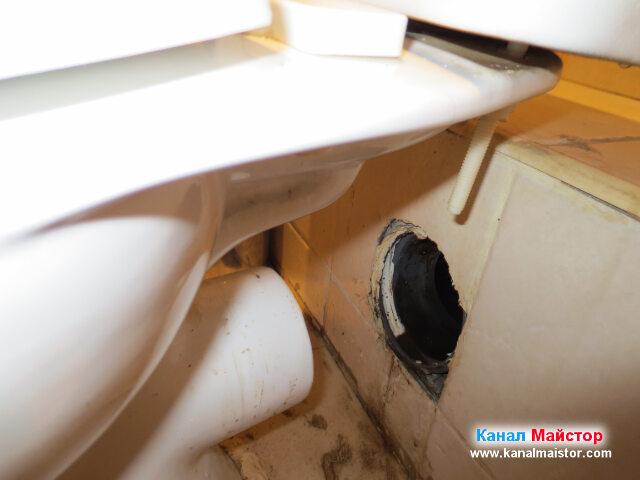 Махнали сме маншона за мръсната вода на тоалетната   чиния, за да вкараме спиралите за отпушване на канали в канализацията