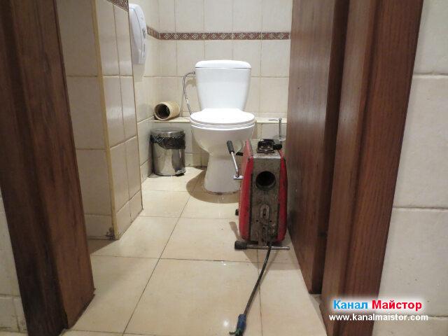 Тоалетната и машината за отпушване на канали на   Канал Майстор