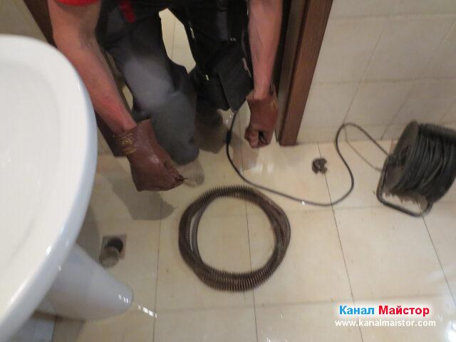 Спиралата за отпушване на канали на Канал Майстор в   тоалетното помещение на ресторанта