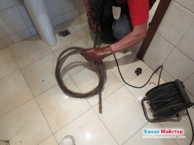 Подготвяне на спиралата за вкарването и в машината   на Канал Майстор за отпушване на канализации