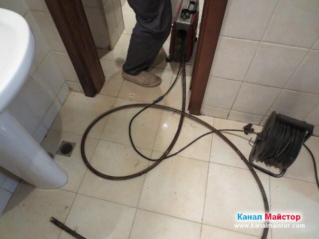 Вкарваме спиралата в запушеният канал през канала   на тоалетната чиния