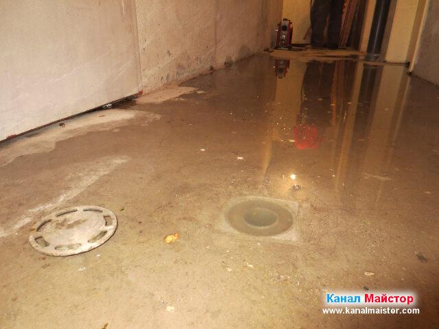 Подовия сифон в мазето, избил вода, заради   запушеният канал
