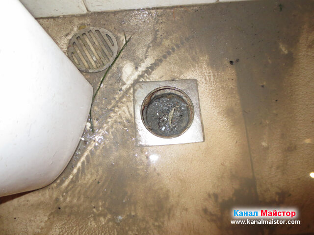 След като отпушихме канала, водата в тоалетните   помещения на ресторанта, се оттече и сифоните са празни.
