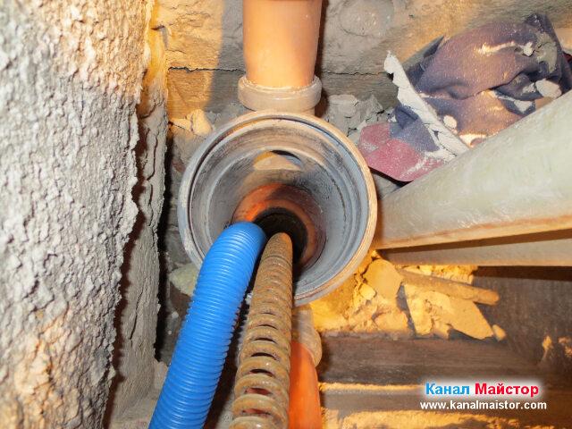 Маркуча и спиралата, в тръбата на вертикалният   канализационен щранг