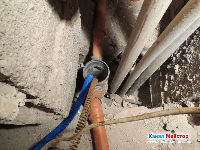 Това е един от двата канализационни вертикални   щрангове, които се заехме, да отпушваме.
