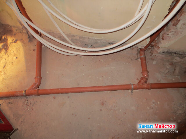 Това са тръбите на канализацията, намиращи се в   стаята, от която отпушвахме