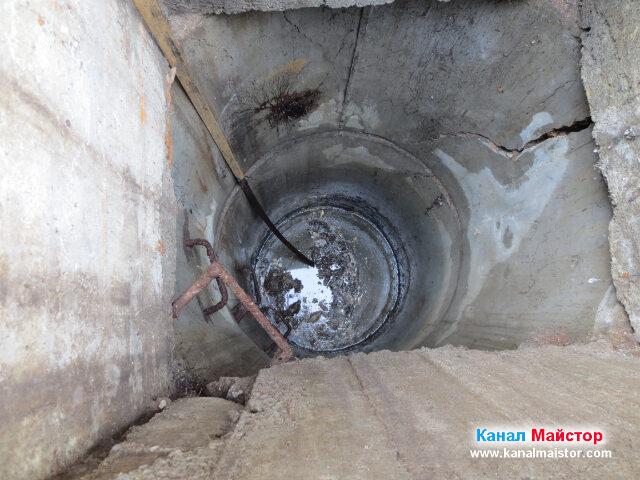 Отпушване на канализационната шахта с металната шина