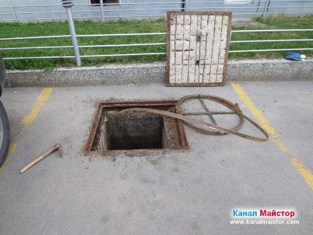 Шината за отпушване на канали, до отпушената шахта