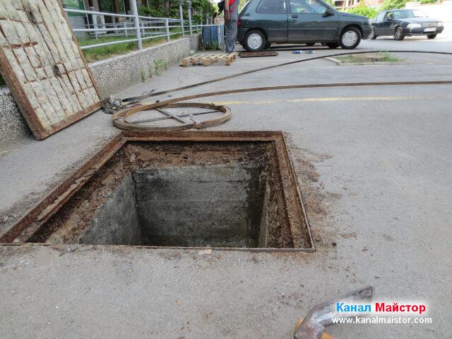 От тук се виждат двете канализационни шахти и шината, с чиято помощ, отпушихме запушеният канал между тях