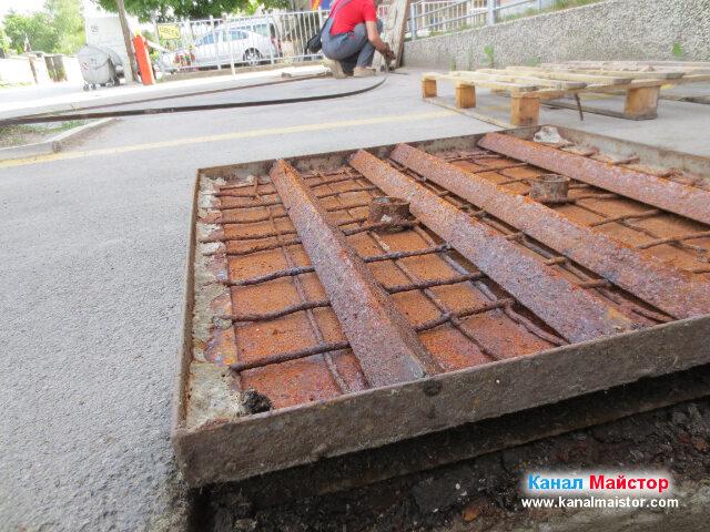 Капака на канализационната шахта и поглед към другата канализационна шахта
