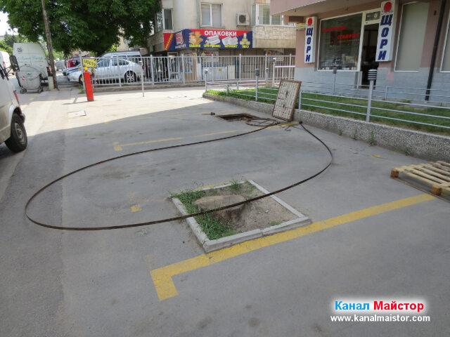 Шината за отпушване на канали и отворената канализационна шахта