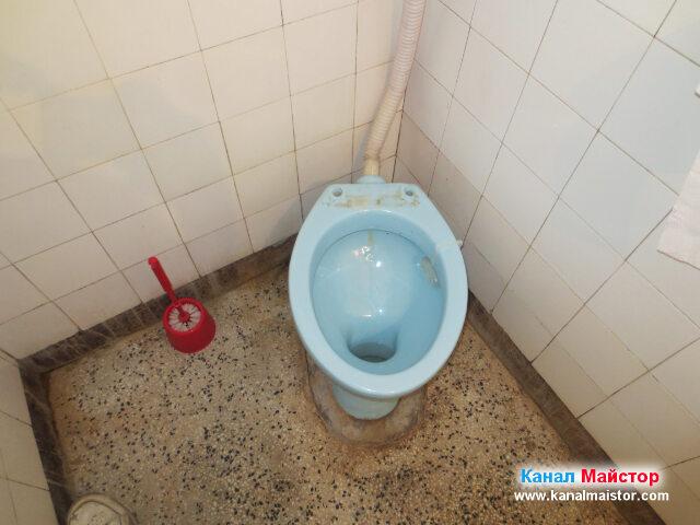 Това е тоалетната чиния, през чийто ревизионен отвор ще отпушваме канала на къщата