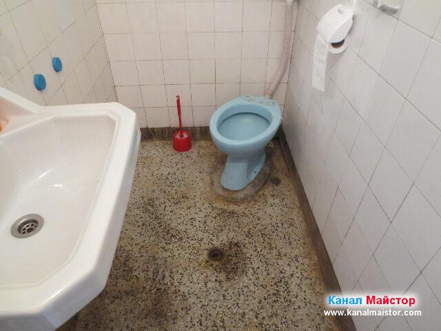 Тоалетната чинив в банята, е с долно оттичане