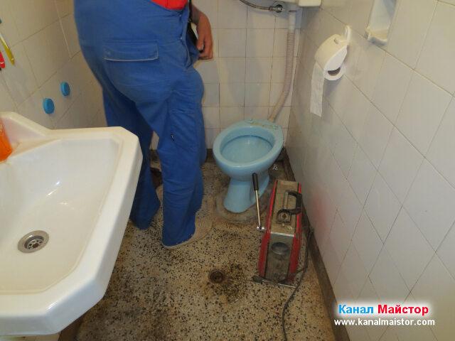 Остана да пробием ревизионният отвор намиращ се в задната част на тоалетната чиния