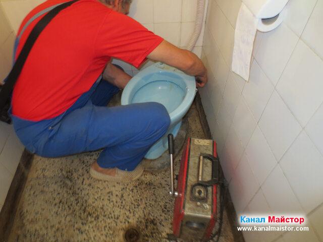 Пробиване на ревизионният отвор на тоалетната чиния