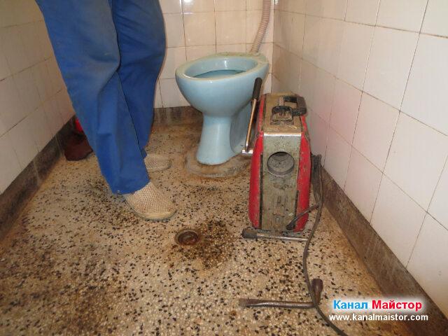 Ревизионният отвор на тоалетната чиния е пробит