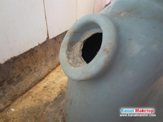 От този ревизионен отвор на тоалетната чиния имаме достъп до запушената канализация