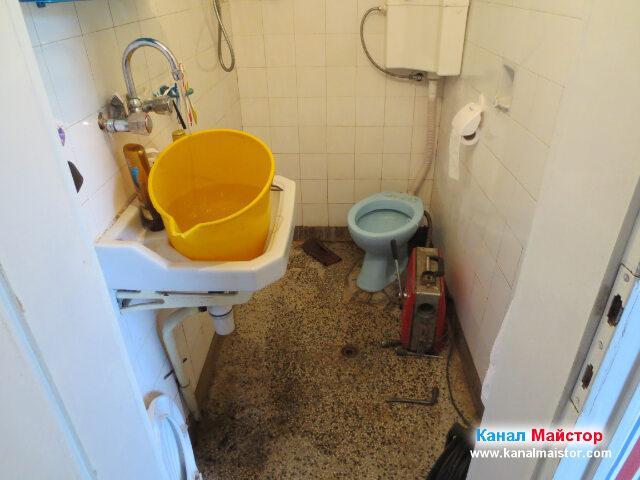 Наливаме кофа с вода от чешмата в банята