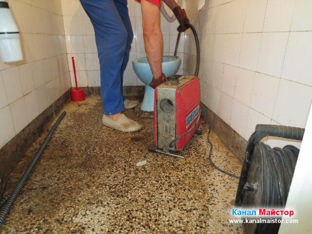 Запушеният канал е отпушен и вадим спиралата за отпушване на канали от запушеният канала, през ревизионният отвор на тоалетната чиния