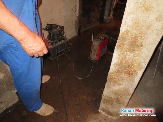 В мазето разполагаме машината за отпушване на канали