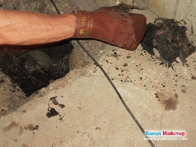 Изваждане на мокри кърпички и парцали от запушената канализация