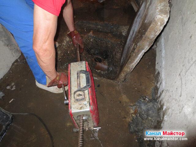 Продължаваме да отпушваме канализацията през тази шахта