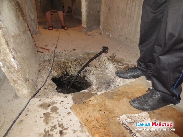 Спиралата с накрайника излезе от съседната канализационна шахта
