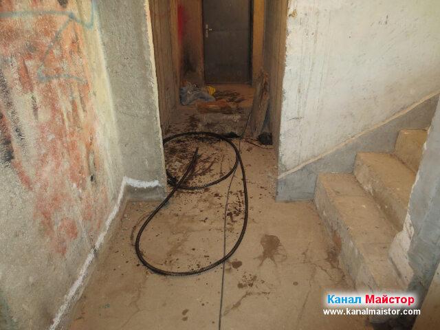 Спиралите ни за отпушване на канали в съседство със стъблището слизащо към мазето