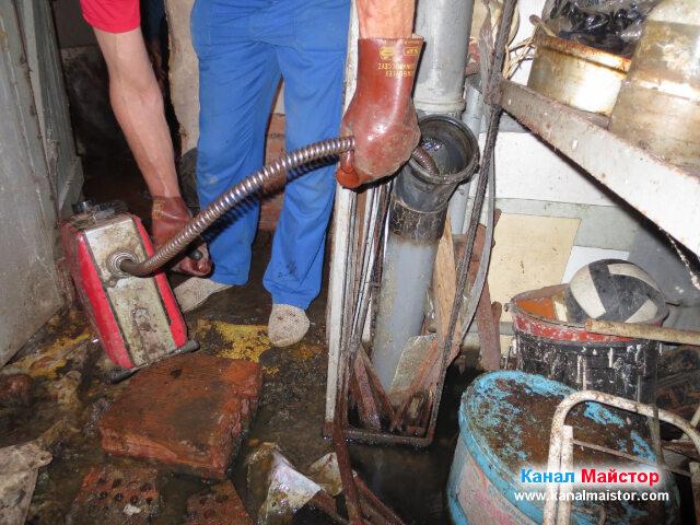 Вкарване на спиралата във вертикалния щранг на канализацията