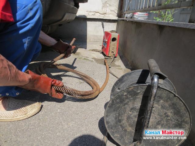 Разкопчаване на спиралите, преди отпушване на канализацията
