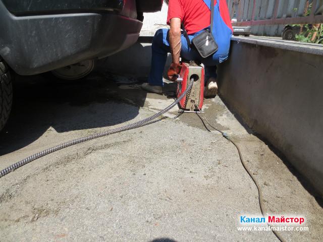 Отпушване на канализацията в двора на блока, в жк. Гео Милев