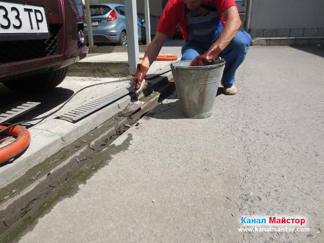 Почистване на дъждовна решетка от кал