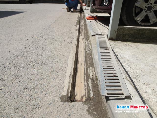 Продължаваме да почистваме отводнителната дъждовна решетка от калта с помощта на мистрията