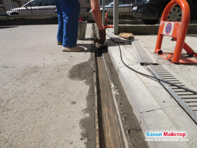 Изгребваме калта от дъждовната отводнителна решетка