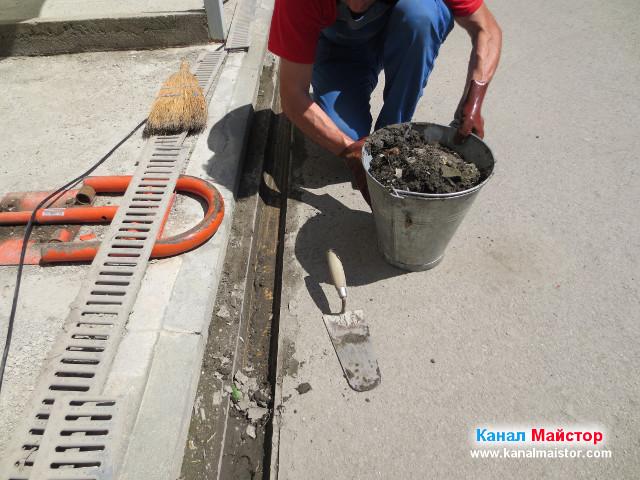 Кофата на Канал Майстор е пълна с кал, изгребана от улея на дъждовната отводнителна решетка
