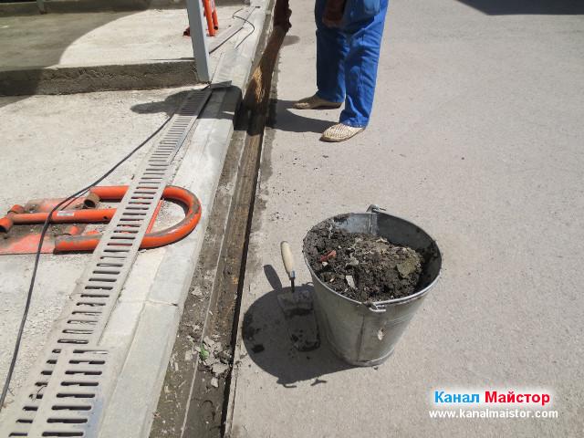 Остана един малък участък от отводнителната решетка, който трябва да бъде изгребан, а кофата ни е вече пълна