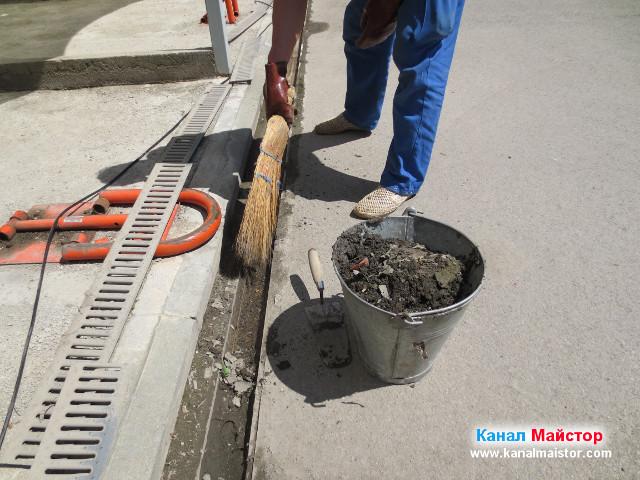 Продължаваме да метем калта от улея на дъждовната отводнителна решетка