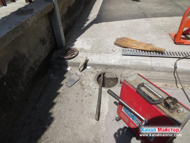 Вкарахме една спирала за отпушване на канали от края на дъждовната отводнителна решетка до подовия дворен сифон, към който е вързана