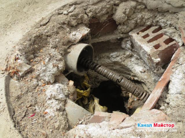 Спиралата ни излезе от другия край на тръбата, но е цялата в кал, което означава, че тръбата е пълна и задръстена с кал и ще трябва да бъде отпушена, за да може да пропуска дъждовната вода