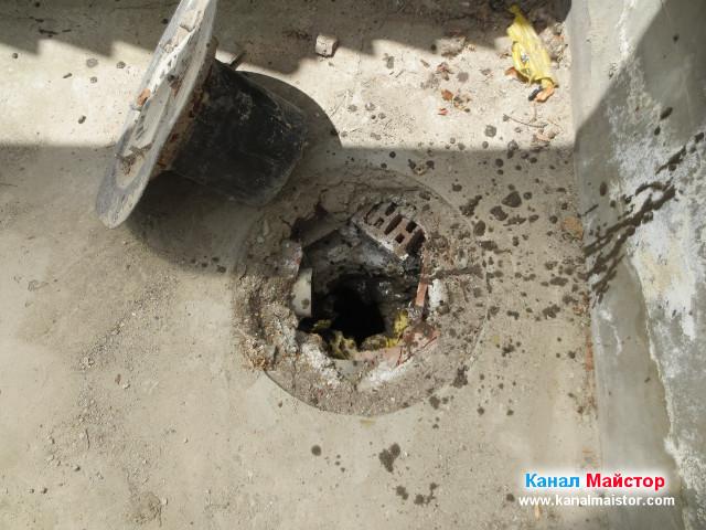 След като изкарахме спиралата за отпушване на канали, излезе много кал от тръбата