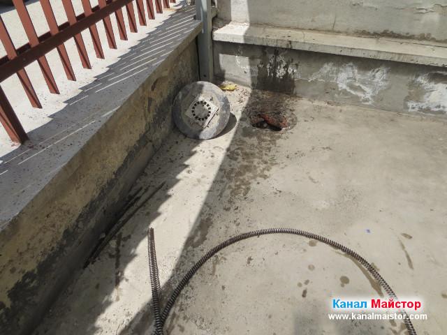 Тръбата свързваща дъждовната решетка с дворния подов сифон е отпушена и почистена