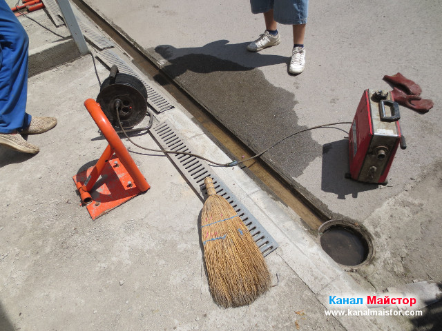 Водата от дъждовната отводнителна решетка се оттича свободно в канализацията с икзлючение на това, че няма достатъчен наклон и част от нея се задържа в улена на дъждовната решетка