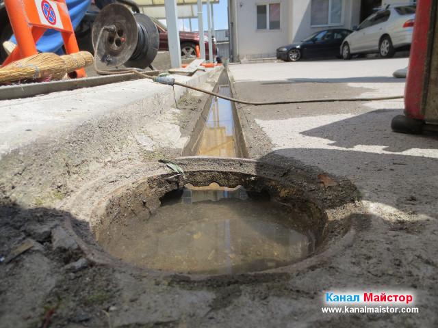Дъждовната отводнителна решетка е напълно почистена и пълна с вода, която изляхме за да я изпробваме, дали работи нормално.
