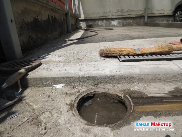 Водата изтича от отводнителната решетка към канализацията