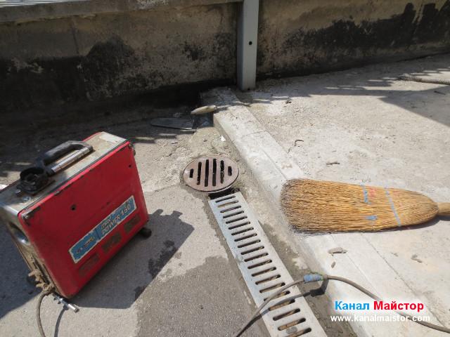 Сложихме капака и решетките на дъждовният отводнителен улей