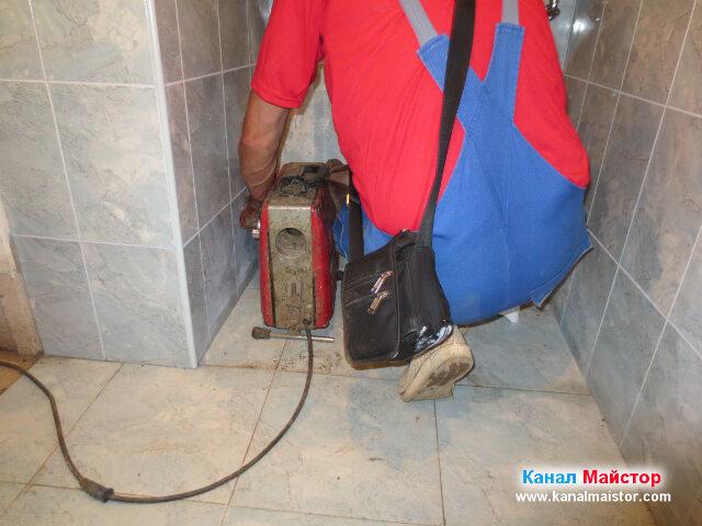 Отпушваме канала през тръбата за тоалетната чиния