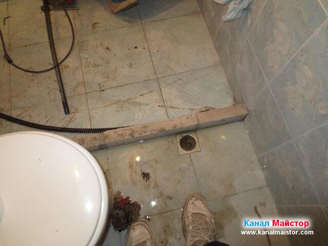 Подовият сифон в банята връщаше вода.