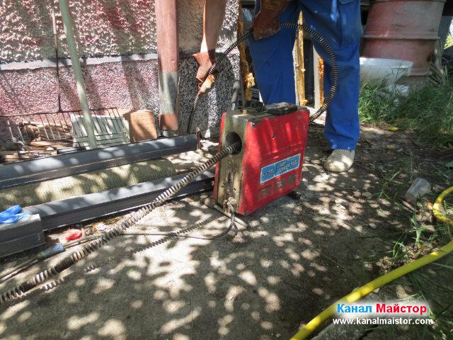 Вкарваме спиралите във водосточната тръба, която е свързана към запушената канализация