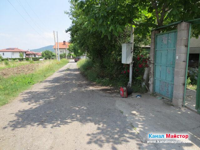 Пред къщатата със запушеният канал в село Лозен
