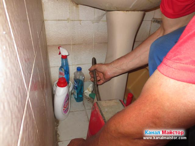 Използвахме още спирали, за да почистим канала на мивката до връзката му с вертикалния щранг